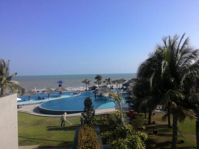 View hồ bơi và biển, taken by Spy Nhí