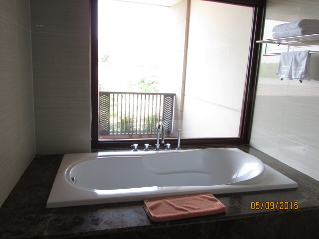 Bồn tắm...lộ thiên :), nhưng có màn khi cần