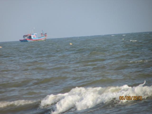 Thuyền ngoài khơi xa