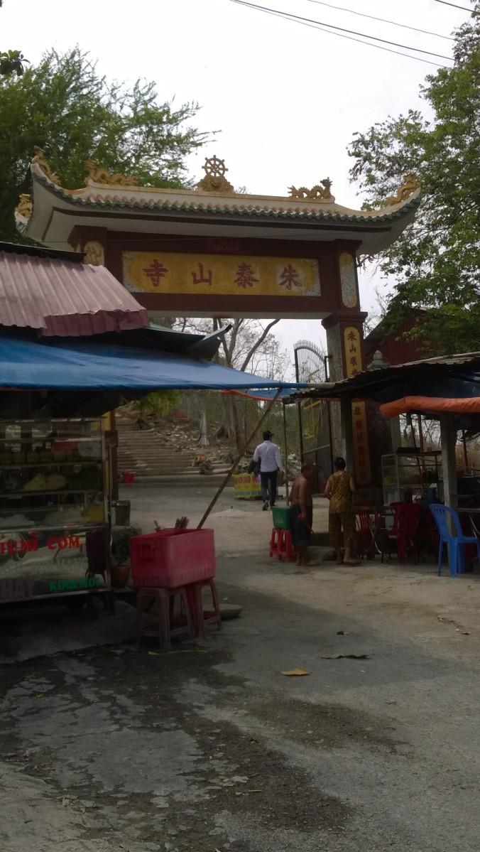 Hàng quán trước cổng chùa